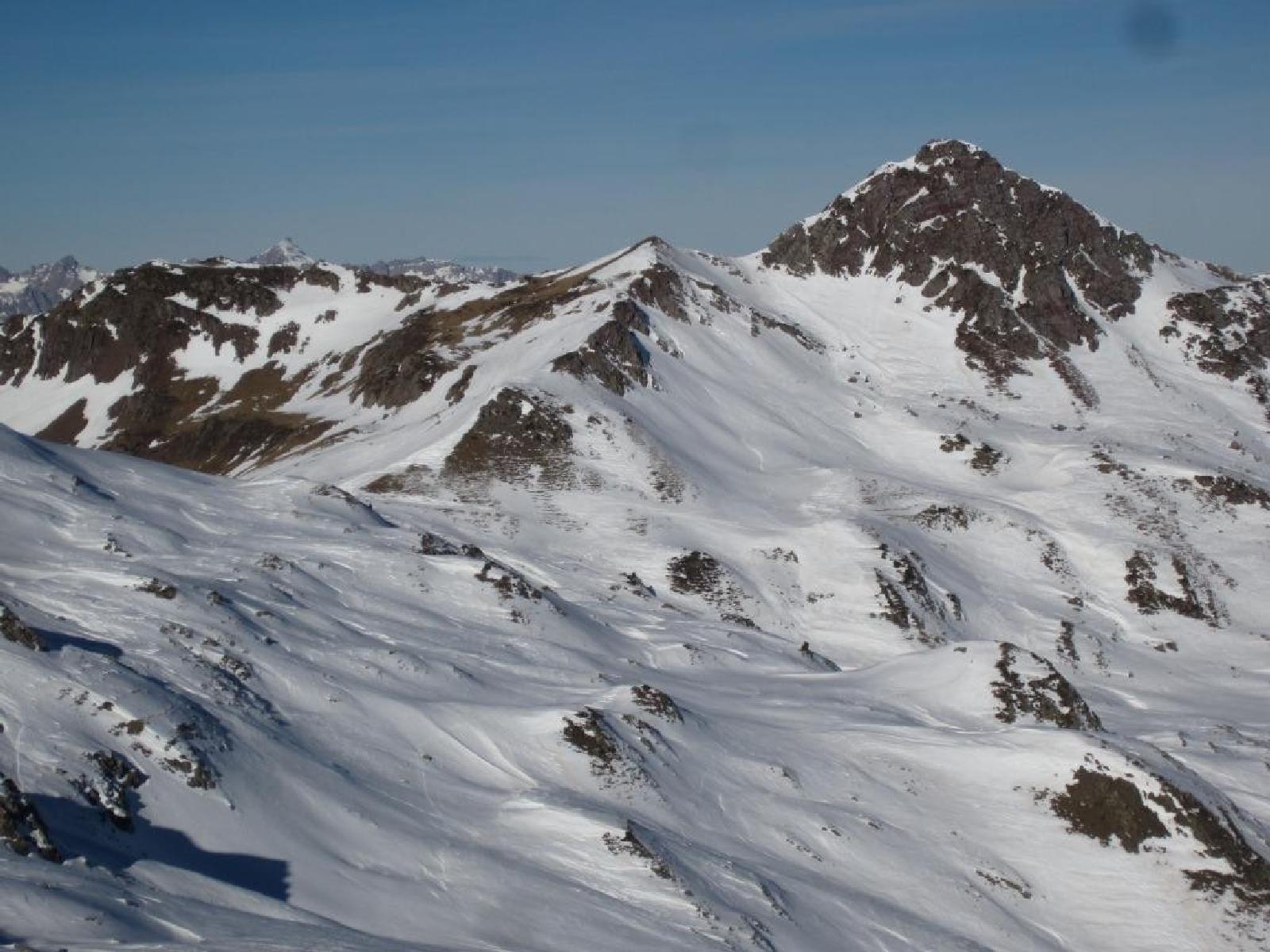 Elige Astún para tu viaje escolar de esquí con NovaWays. Un destino a cargado de adrenalina y entretenimiento a más no poder.